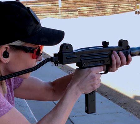 Миниатюрный пулемёт в руках девушки
