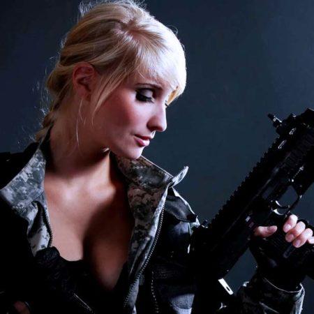 Компактное и скорострельное оружие в руках девушки