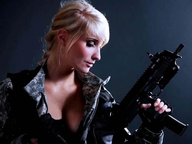 оружие в руках девушки