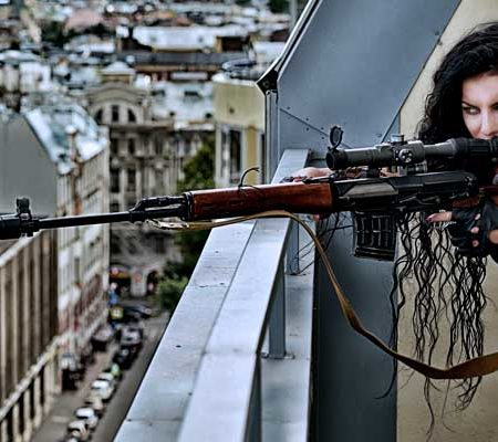 Крупнокалиберная снайперская винтовка в руках девушки