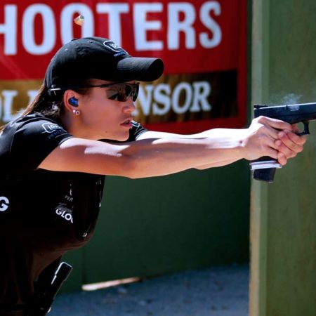 Glock — надёжное оружие в руках девушки