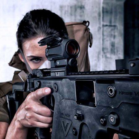 Необычное оружие в руках девушек