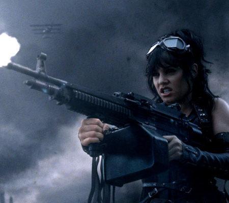 Осторожно! Девушка с крупнокалиберным пулемётом!