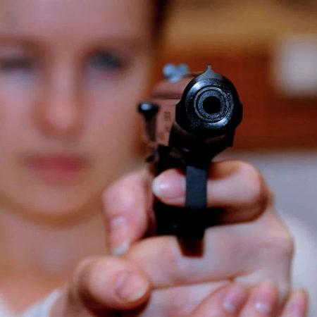 Популярнейшие пистолеты в руках девушек
