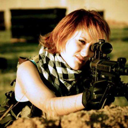 Прекрасные девушки с пулемётом в руках