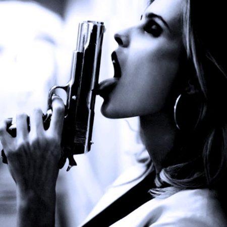 Девушки и компактный пистолет