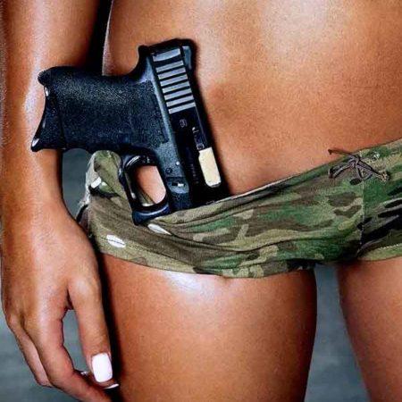 Изящные девушки и привлекательное оружие