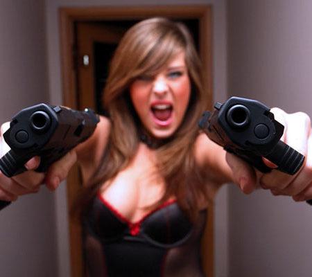 Компактное огнестрельное оружие и девушки
